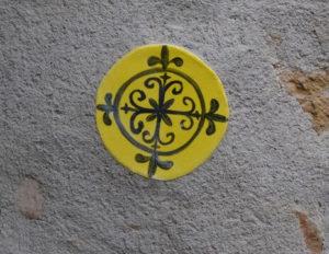 Carreau faïence artisanal jaune rond pour mur intérieur ou extérieur.