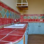 Handgemachte keramikfliesen für die Küche.