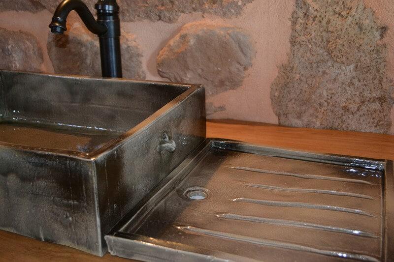 vasque en gres Evier avec égouttoir installé à Montjaux, Aveyron. Prix : Evier 175u20ac;  égouttoir 65u20ac